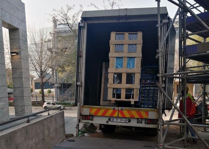 unloading-restaurant-equipment-restaurant-hotel-sky1